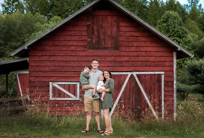 Family Photography, Family in front of barn